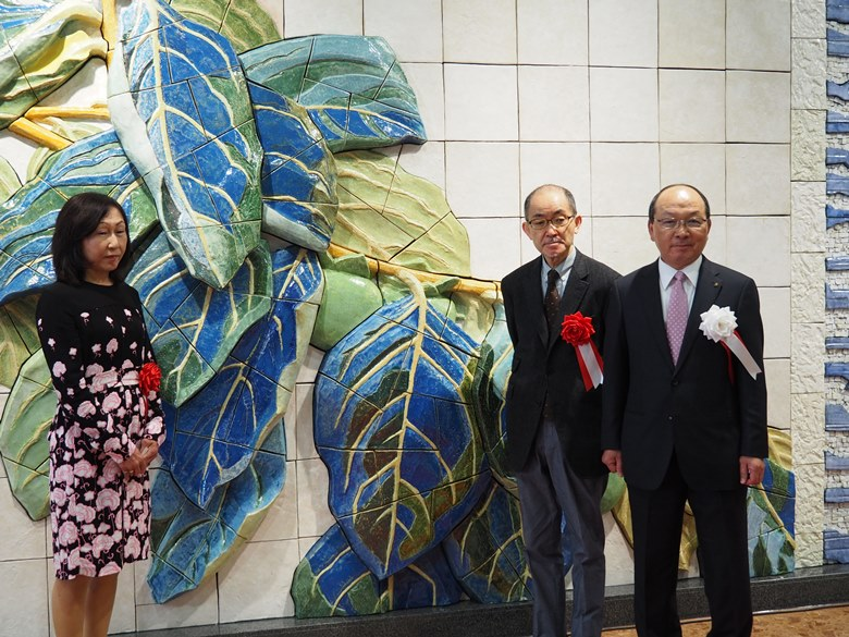 Ms. Keiko, Heihachiro Fukuda's granddaughter, Mr. Nishikawa,  Executive Director of our association, and Mr. Tomitaka, President of Oita Air Terminal Co., Ltd. (from left)